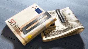 Доларът поевтиня след спад на китайските акции